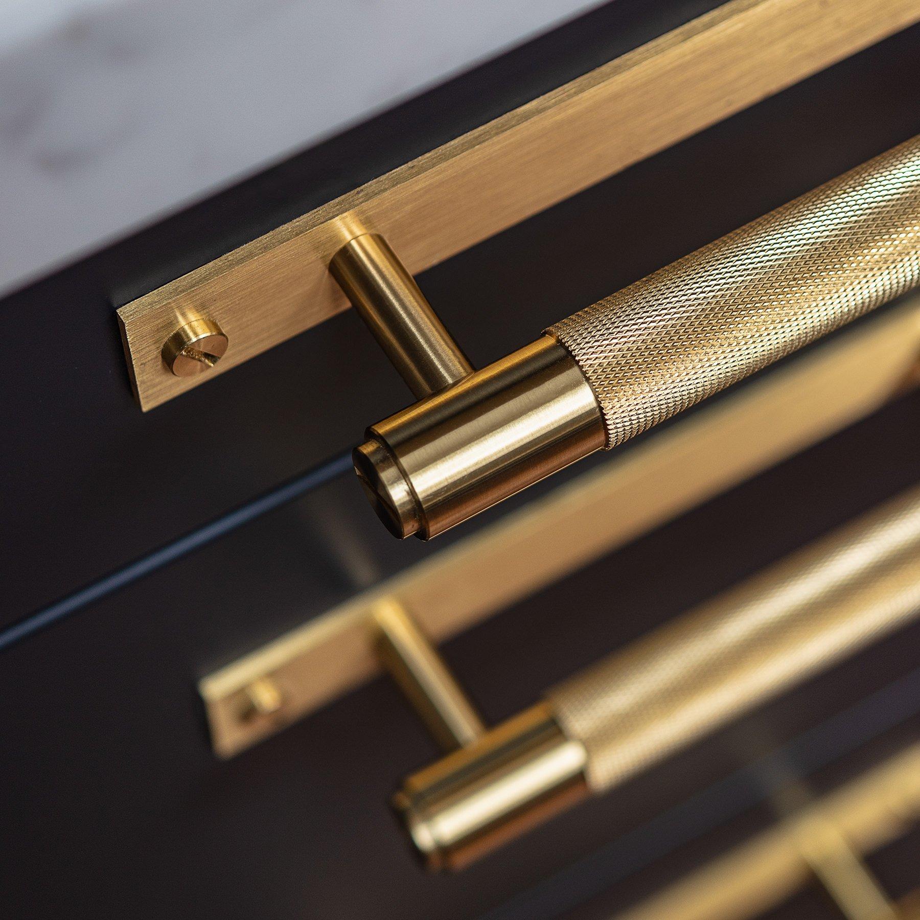 buster_punch_pull_bar_plate_brass_close_up-1-1.jpg
