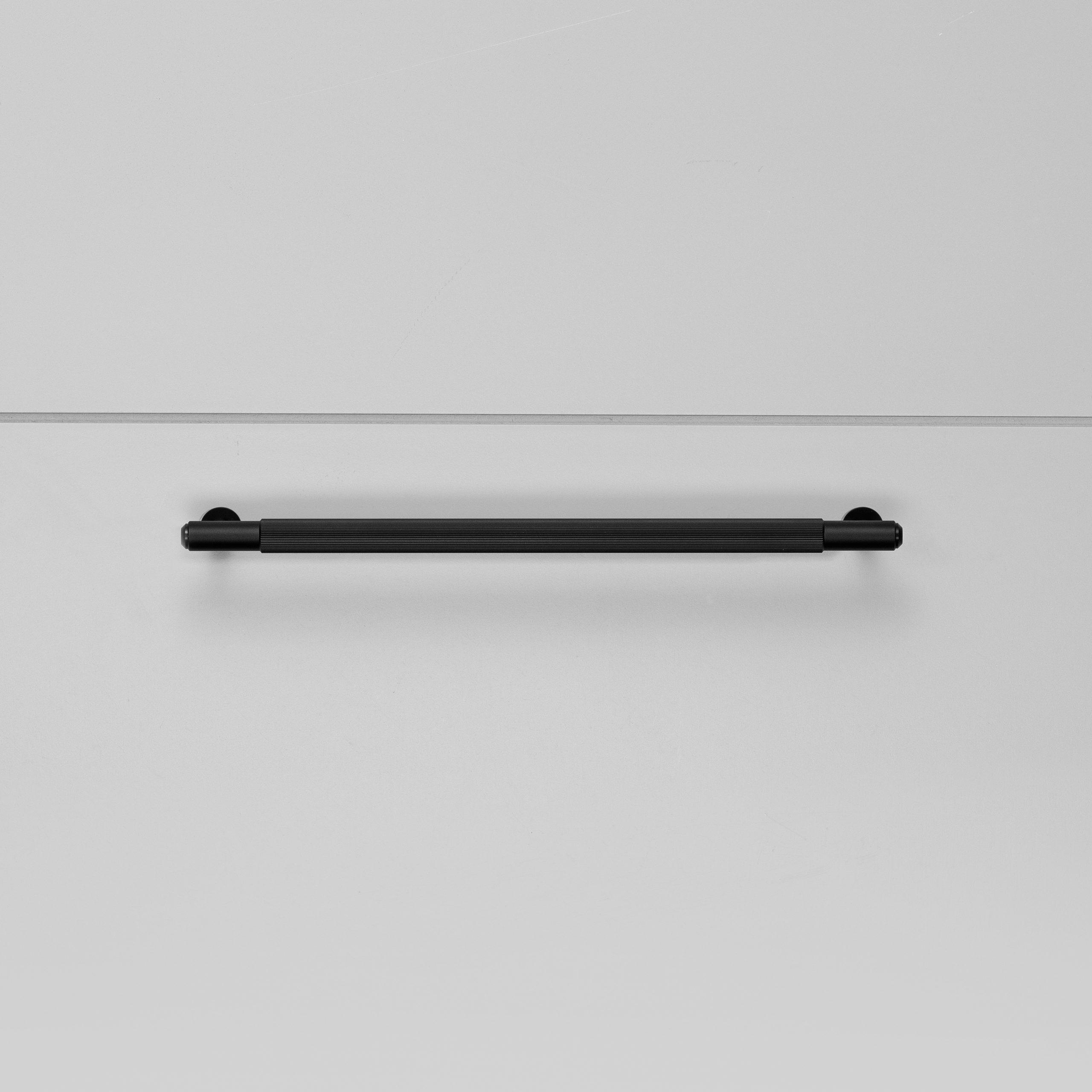 2.Buster+Punch_Pull_Bar_Medium_Linear_Black_Front