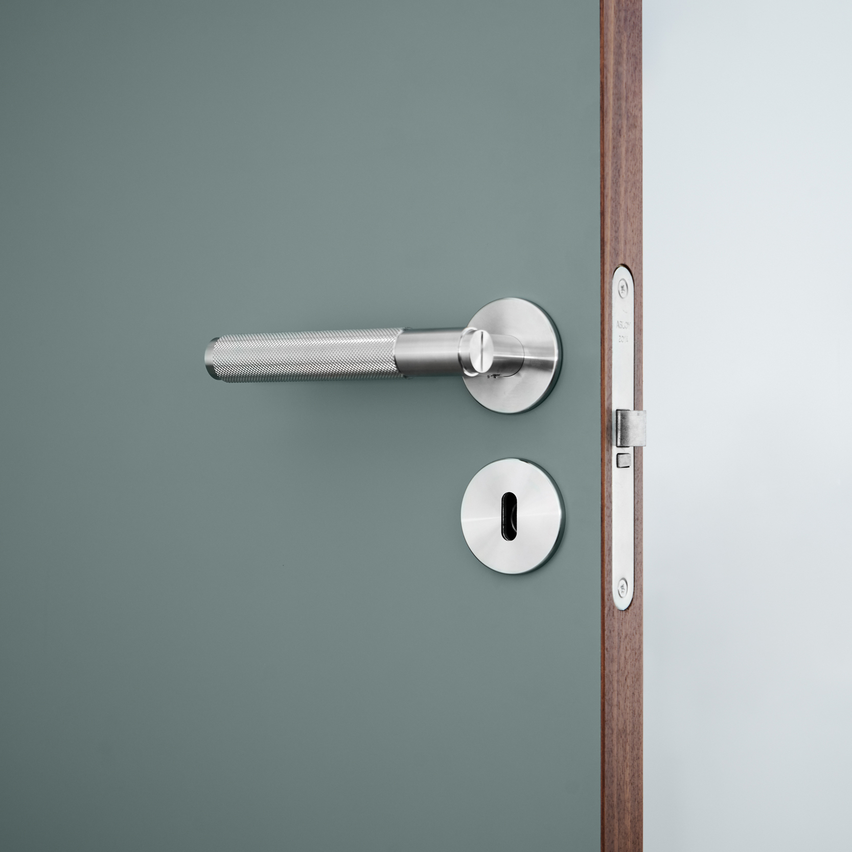 Steel door handle Njord_Innerdörr_Frame_Green_Walnut_BusterPunch