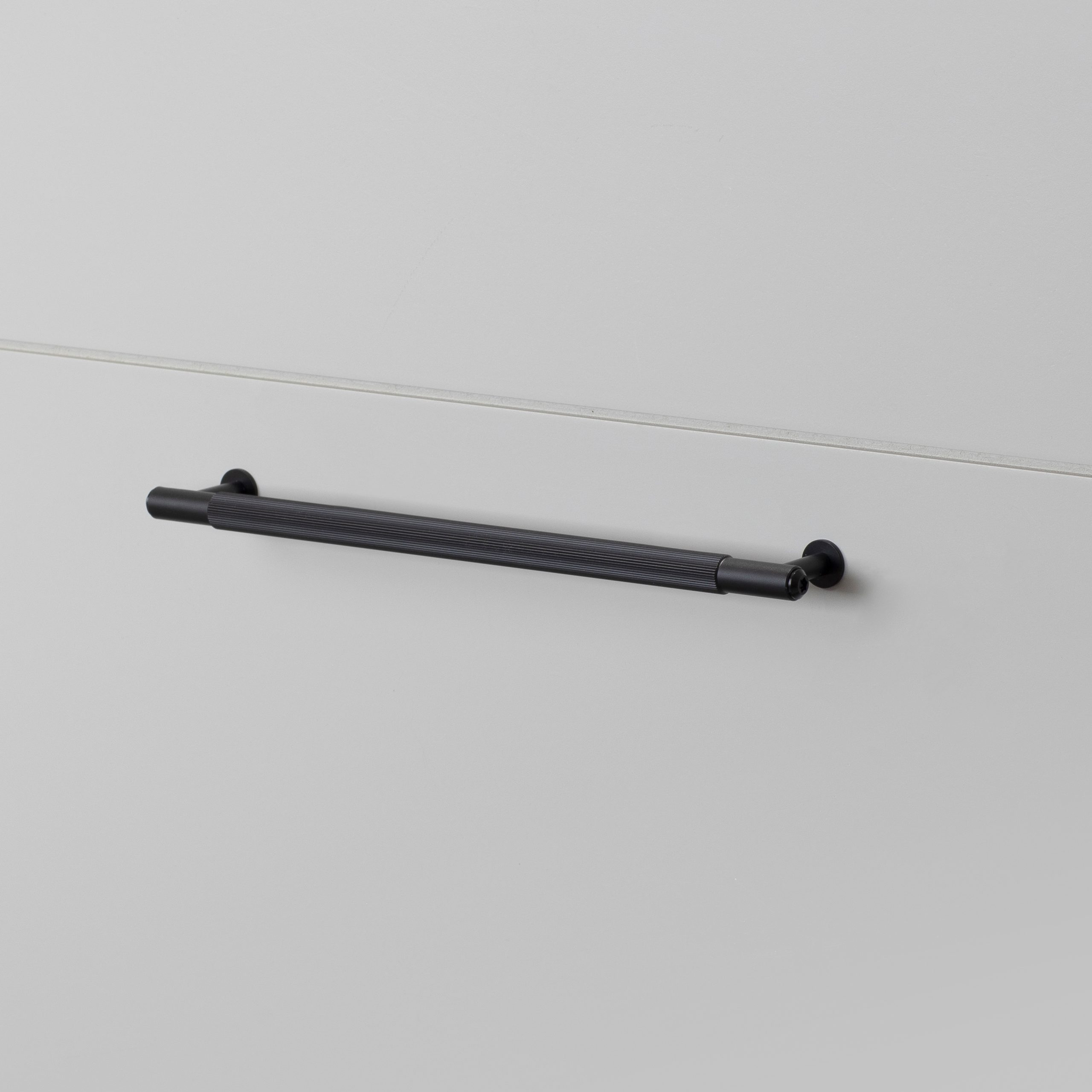 diamond-cut pull bar